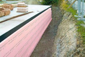 Perimeterdämmung mit rosa Dämmplatten.