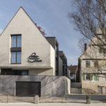 Harmonische Erweiterung mit neuem Haus neben altem Bestand.