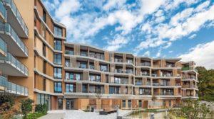 Wohnkomplex mit gefalteter Außenfassade, Loggien und einem gemeinsamen Außenbereich