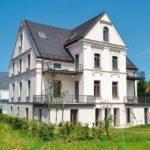 Renovierte Villa mit weißer Fassade.