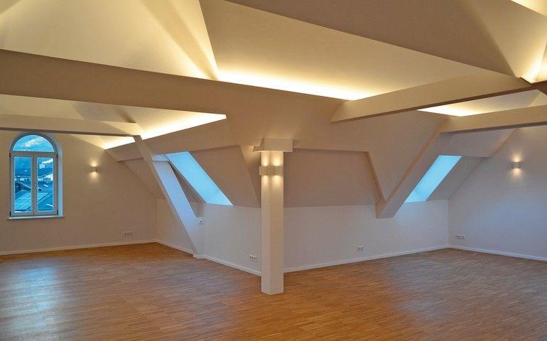 Balken und Decke im Altbau mit Licht bestrahlt.