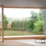 Bodentiefes Wohnzimmerfenster mit Terrassentür, Glas mit Holzrahmen. Bild: Grundmeier KG