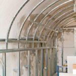 Historisches Gewölbe trifft modernen Trockenbau: Selbst vergleichsweise geringe Biegeradien . . . Bild: Knauf