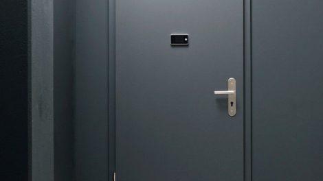 Die drei unterschiedlichen Schörghuber Wohnungseingangstüren bieten unterschiedliche Funktionsausstattungen und können um Zusatzkomponenten ergänzt werden. Bilder: Schörghuber