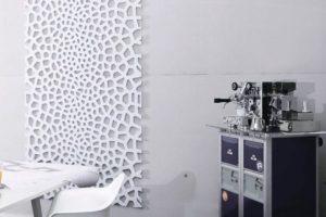 Büro mit Wanddeko in Zellstruktur, Espressomaschine auf Sideboard. Bild: Karl Späh GmbH & Co. KG