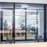 Konferenzraum mit Glaswänden und -tür