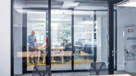 Konferenzraum mit Glaswänden und -tür. Bild: Strähle