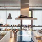 TRansparente Wärmedämmung in Fensterfront: Küchenblock und Küchenregal vor Fensterfront.