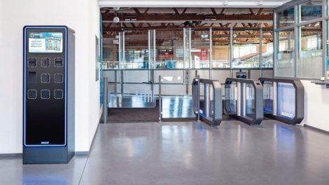 Eingang Eishockeystadion mit Durchgangsschranken. Bild: Wanzl Access Solutions