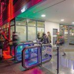 Gebäudeeingang mit automatischen Durchgangsschranken. Bild: Wanzl Access Solutions