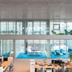Transparente Büros hinter Glaswänden.