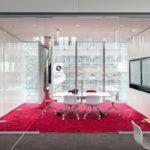 Tisch und Stühle auf rotem Teppich .