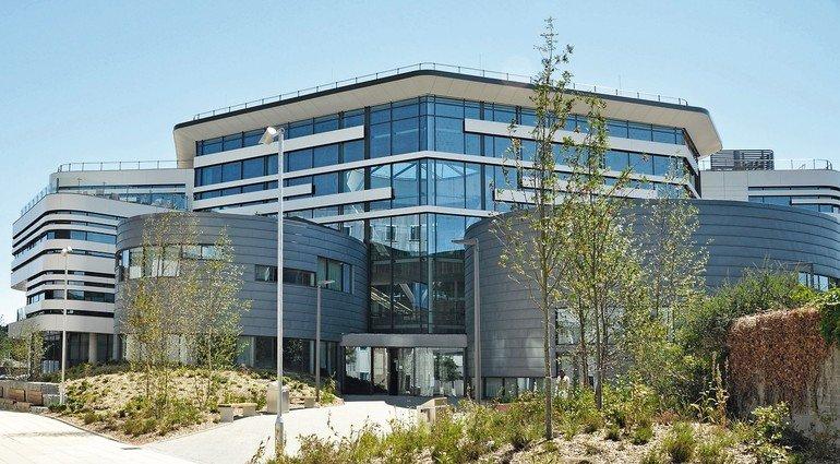 Fassadenbekleidung aus biegefestem und präzise formbarem Aluminiumverbundwerkstoff für ein neues Universitätsgebäude in Bournemouth. Bild: Paul Scott