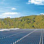Bauder bietet durchdringungsfreie, einfach zu montierende und modulunabhängige Unterkonstruktionen für die Installation der Photovoltaik-Anlage an. Bild: Bauder
