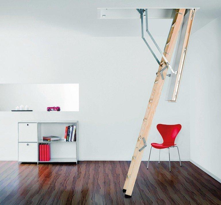 Die Passivhaus-zertifizierte Bodentreppe Designo erreicht dank Fensterbeschlägen und -dichtungen mit Klasse 4 die höchste Stufe der Luftdichtheit. Bild: Columbus Treppen GmbH