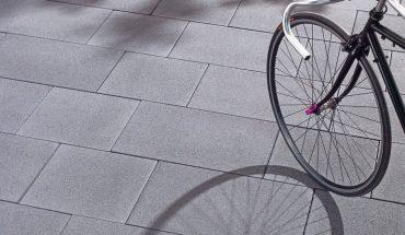 Die Betonpflastersteine des Systems Primavera sind in den drei Oberflächenvarianten - feingestrahlt, unbearbeitet, geschliffen und gestrahlt - erhältlich.