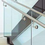 Treppe mit Glasgeländer mit einem Handlauf aus gebürstetem Edelstahl. Bild: Glas Marte
