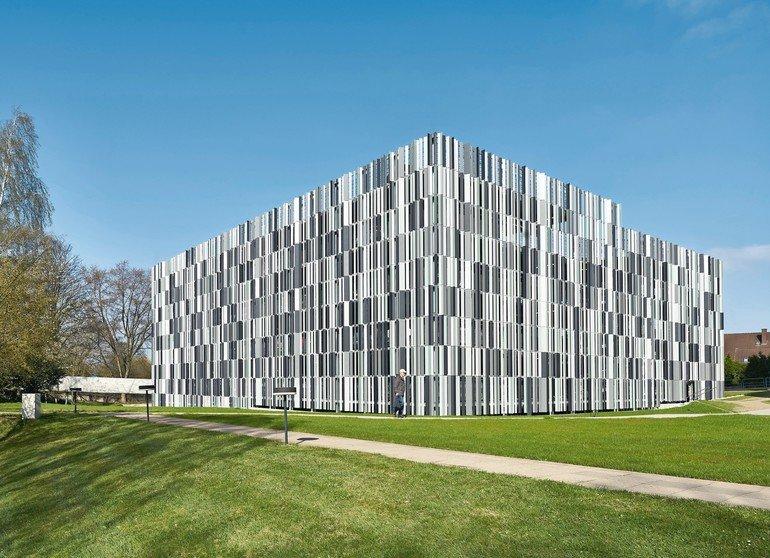 Am Klinikum Herford wurde ein Parkhaus mit 294 Stellplätzen in Systembauweise errichtet. Durch seine filigrane Metallfassade wirkt es nahezu schwerelos. Bild: Goldbeck