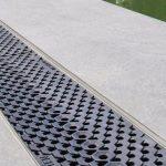 Design einer Rinnenabdeckung jenseits des klassischen Rostes, hier in rutschhemmender Ausführung am Rand eines Pools. Bild: Birco