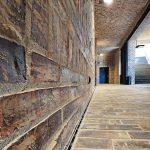 Auch überdachte Bereiche müssen eventuell entwässert werden, wenn über offene Kolonaden oder Freitreppen Wasser hinzutreten kann. Die Schlitzrinne unmittelbar an der Wand löst die Aufgabe mit maximaler Reduktion. Bild: Richard Brink GmbH & Co. KG