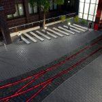 Die Linienentwässerung mit integrierter LED-Beleuchtung zeichnet die Form ehemaliger Gleisanlagen nach. Bild: Birco