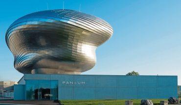 Im Paneum im österreichischen Asten beeindruckt eine freitragende, spiralförmige Wendeltreppe mit brüstungshohen Wangen die Museumsbesucher.