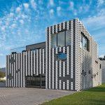 Plastisch gestreift: Trapezprofile für Neubau eines Wohnhauses mit Geschäftsflächen in Bühl. Bild: Wurm + Wurm
