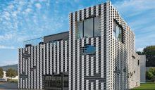 Plastisch gestreift: Trapezprofile für Neubau eines Wohnhauses mit Geschäftsflächen in Bühl