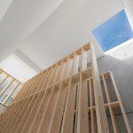 Die Holzkonstruktion ist offenes Regal, Brüstung und Treppe zugleich. Bild: Wurm + Wurm