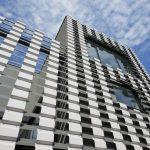 Mehrstöckiges Gebäude mit vorgelagerter, durchlässiger Metallfassade. Bild: Wurm + Wurm