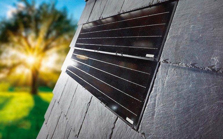 In die neue, leicht zu montierende Schiefer-Systemdeckung von Ratscheck lassen sich Photovoltaikelemente einfach und ästhetisch integrieren. Bild: Rathscheck