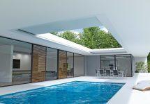 """Kipp- und aufschiebbar: Mit """"Aero Skye"""" präsentiert Renson eine große, in die Architektur eines Gebäudes integrierbare Terrassenüberdachung aus Alu-Lamellen. Bild: Renson"""