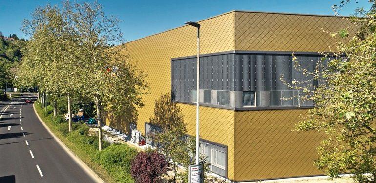 Titanzink-Rauten in Perlgold für Fachmarktfassade. Bild: Rheinzink
