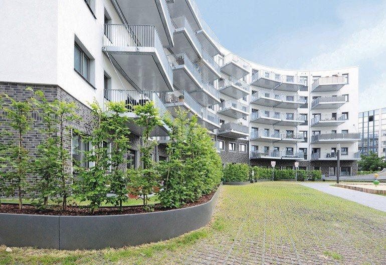 Hochbeete sind ein zunehmend beliebtes Element der Gartengestaltung - beispielsweise, um Außenbereiche zu unterteilen und Privatsphäre zu schaffen. Bild: Richard Brink