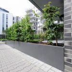Maßgefertigte Stahlhochbeete mit Buschbeplanzung im Innenhof eines Wohnblocks. Bild: Richard Brink
