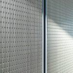 Nahansicht einer Wandverkleidung aus metallischem Architekturgewebe. Bild: Oliver Baucks, www.baucks.com