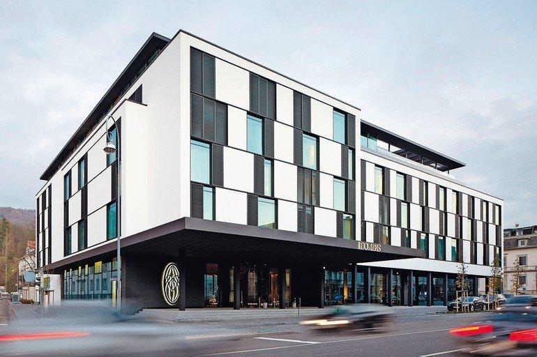 Damit sich im Hotel Roomers Baden-Baden der Trittschall nicht ungehindert im Gebäude ausbreitet, wurden die Treppen mit einer Tronsole vollflächig vom Podest getrennt. Bild: Roomers Baden-Baden