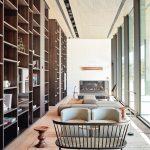 Die Handschrift des italienischen Designers Piero Lissoni ist auch in der Lobby klar zu erkennen: natürliche Farbwahl, Designklassiker in Kombination mit modernem Design, ein Spiel mit Materialien und Texturen. Bild: Roomers Baden-Baden
