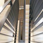 Blick durch ein Treppenhaus nach unten. Bild: Schöck Bauteile GmbH