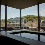Vom 500 m2 großen Spa- und Fitnessbereich aus öffnet sich der Blick auf die grüne Natur des Schwarzwaldes. Bild: Roomers Baden-Baden
