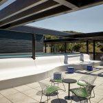 In der Rooftop-Bar kann man tagsüber im Infinity-Pool entspannen. Bild: Roomers Baden-Baden
