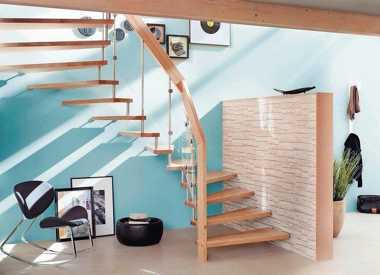 Die Buchertreppe bietet ein Höchstmaß an Licht, Weite und Tiefe und beschränkt sich auf das Wesentliche: Stufen und Geländer aus hochwertigem Massivholz. Bild: Treppenmeister