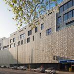 Hybride Nutzung: Die aus Aluminiumelementen im Raster von 1,25 x 3,23 m entwickelte Hülle schirmt den Bau schützend zur Stadt ab. Bild: Tobias Kern