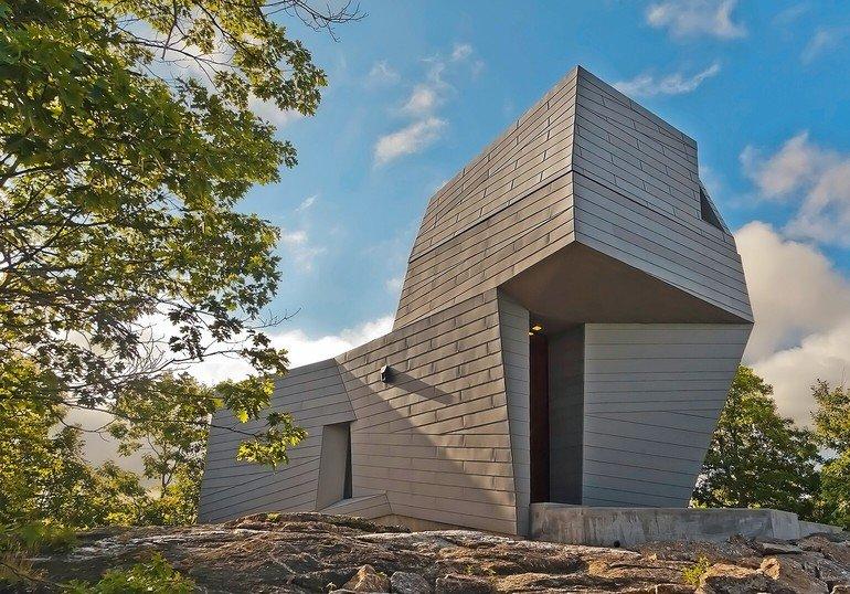 Beim Neubau einer Sternwarte in New Hampshire fungiert die Fassade aus hellgrauen Titanzink-Großrauten als Bindeglied zwischen Architektur und Natur.