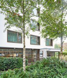 Mitten in Berlin schufen die Architekten Külby + Külby mit dem Hotel The Yard eine Insel der Ruhe und ein behagliches, temporäres Zuhause für die Gäste. Bild: Stefan Falk | Wingburg