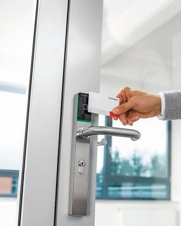 """Zutrittskontrolle: Die elektronischen Beschlagslösungen """"c-lever pro"""" und """"c-lever compact"""" von Dormakaba bieten elegantes Design + Funktionsvielfalt."""