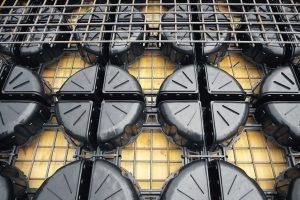 """Eine Betoneinsparung um bis zu 35Prozent ermöglichen die neuen Leichtbauelemente für Stahlbeton-Decken """"Cobiax CLS"""" aus Recyclingkunststoff."""