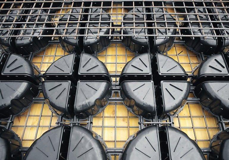 """Eine Betoneinsparung um bis zu 35Prozent ermöglichen die neuen Leichtbauelemente für Stahlbeton-Decken """"Cobiax CLS"""" aus Recyclingkunststoff.Bild: Heinze Cobiax Deutschland GmbH"""