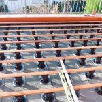 Die Stelzlager für Terrassenbau sind höhenverstellbar und wiederverwendbar. Damit wird die Bodenbelagsverlegung einfacher, sicherer und auch kostensparend. Bild: euro-system Couwenbergs