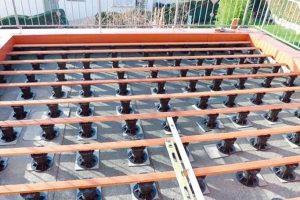 Stelzlager für Terrassenbau ist höhenverstellbar und wiederverwendbar. Damit wird die Bodenbelagsverlegung einfacher, sicherer und auch kostensparend. Bild: euro-system Couwenbergs